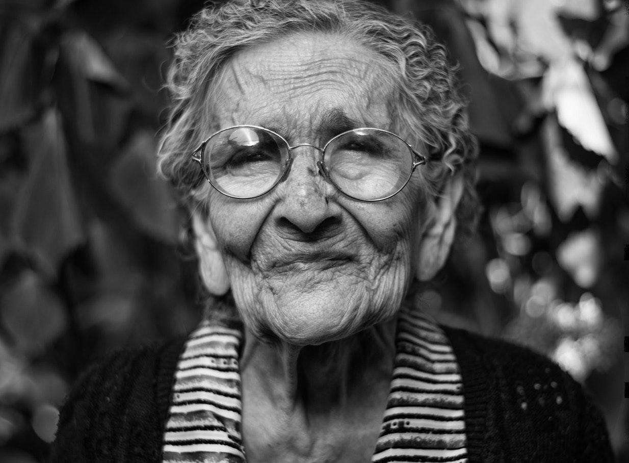«Διαβάζω περισσότερο και ξεσκονίζω λιγότερο» – μαθήματα ευτυχίας από μια 83χρονη